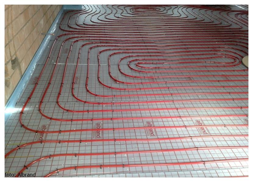 leggen van vloerverwarming op isolatie